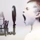 Junge ruft in ein Mikrofon