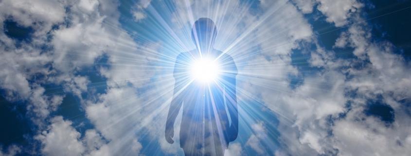 Mensch, der Licht aus der Herzgegend aussendet